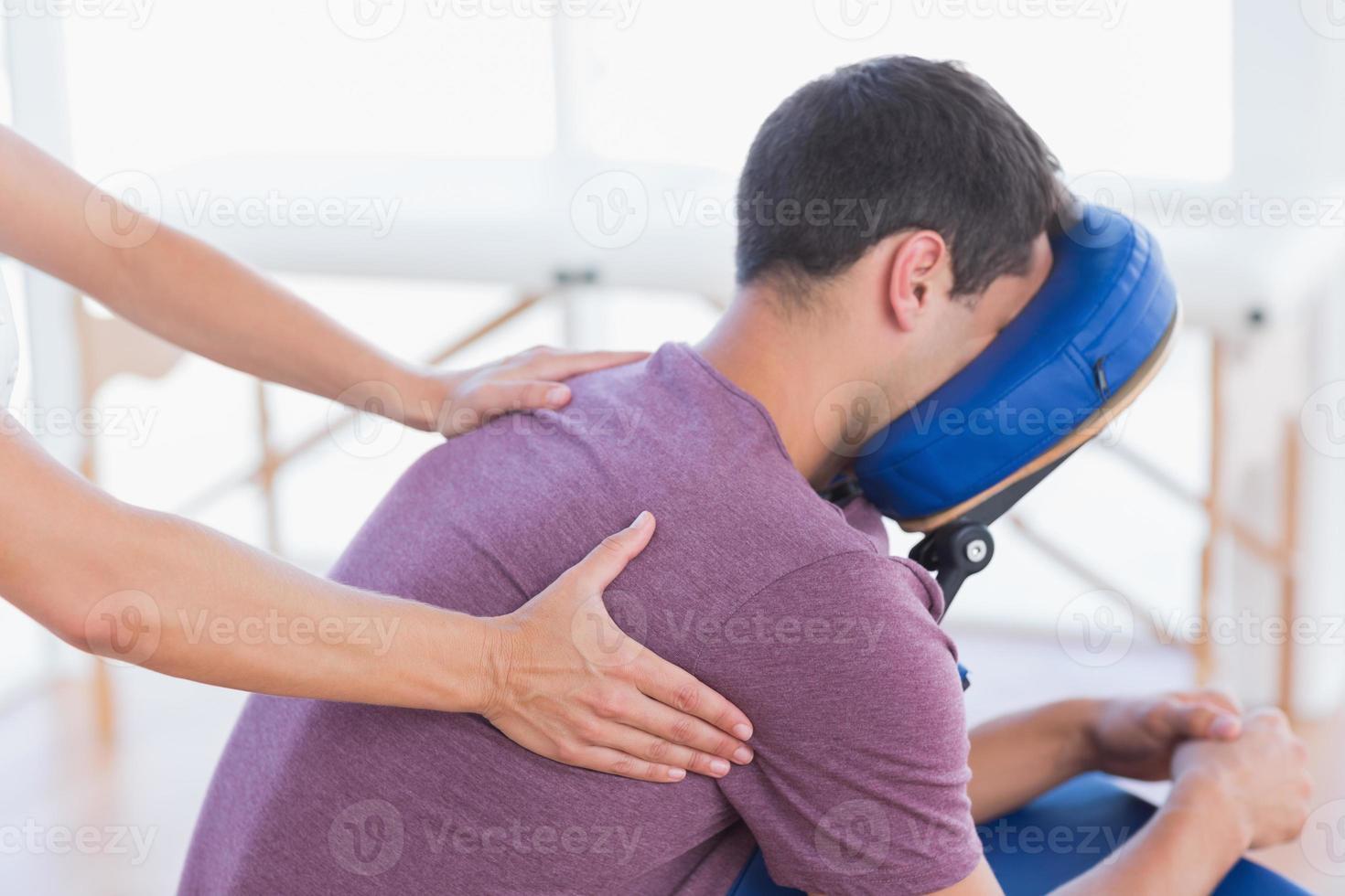 hombre que tiene masaje de espalda foto