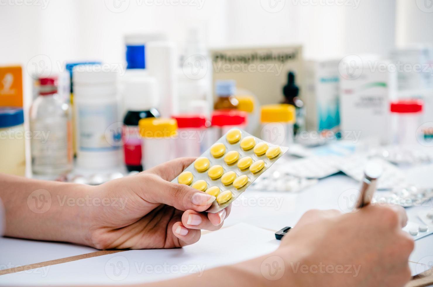farmacéutico escribiendo una receta foto