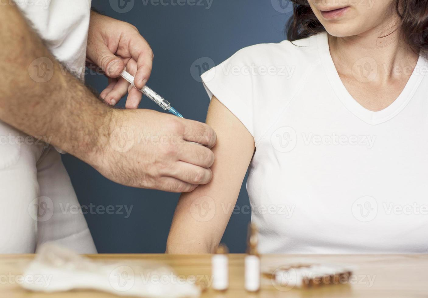 mujer vacunada por el doctor foto