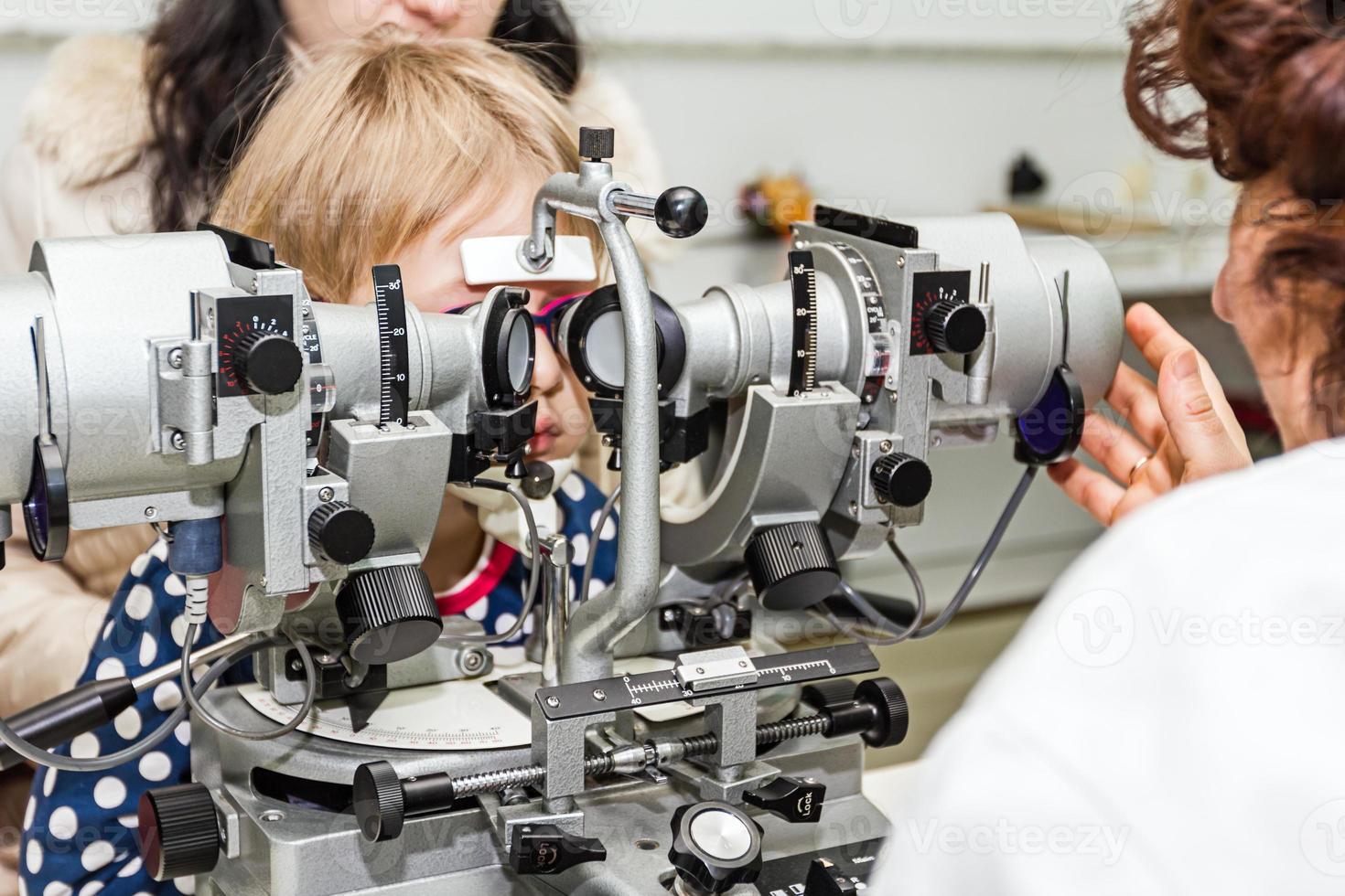 optometrista con paciente, dando un examen ocular foto