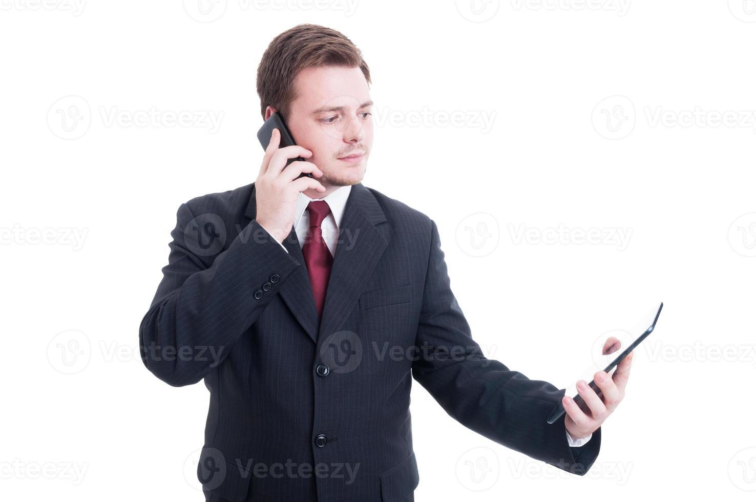 persona de negocios ocupada usando el teléfono y la tableta como multitarea conc foto