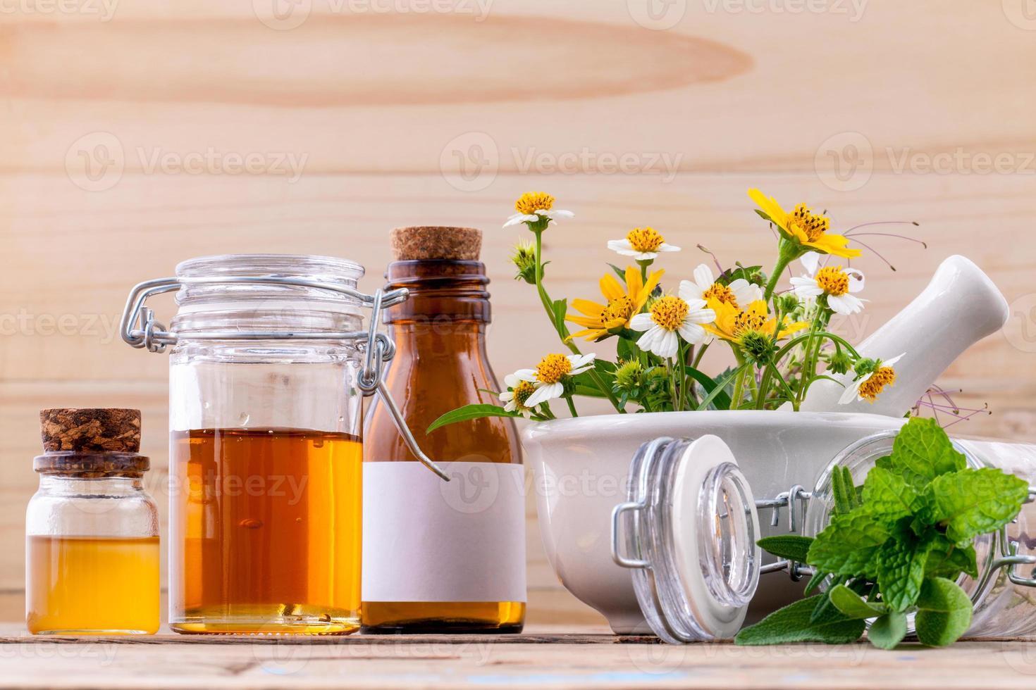 cuidado de la salud alternativo a base de hierbas frescas, miel y flores silvestres con foto