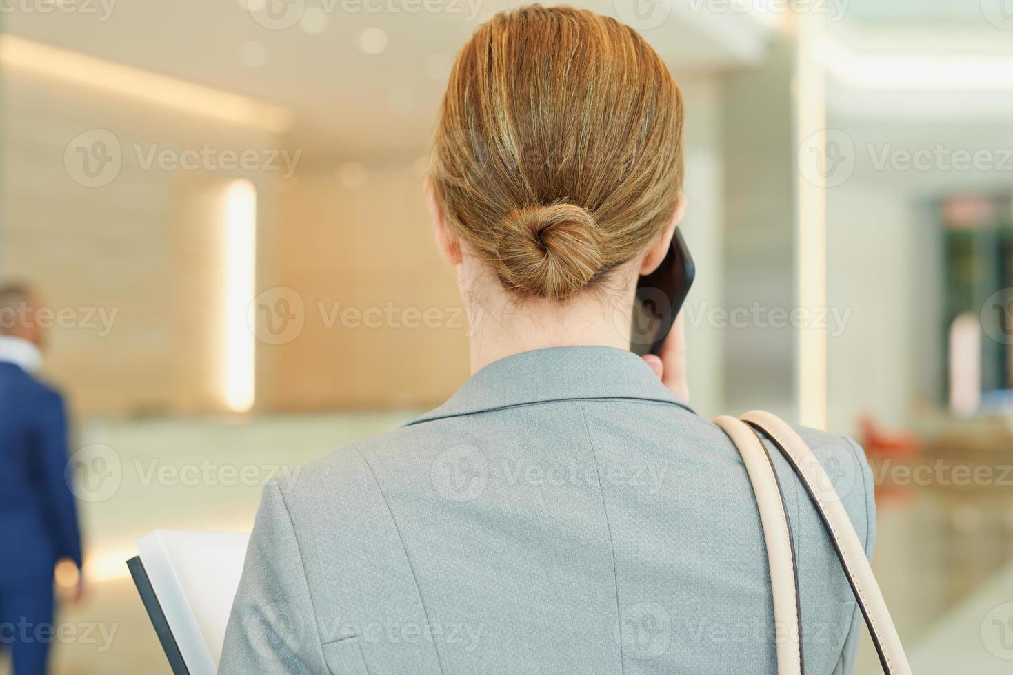 empresaria corporativa hablando por teléfono foto