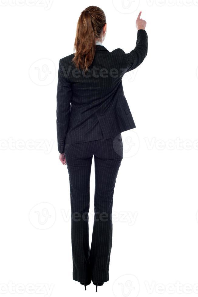 mujer corporativa señalando algo foto