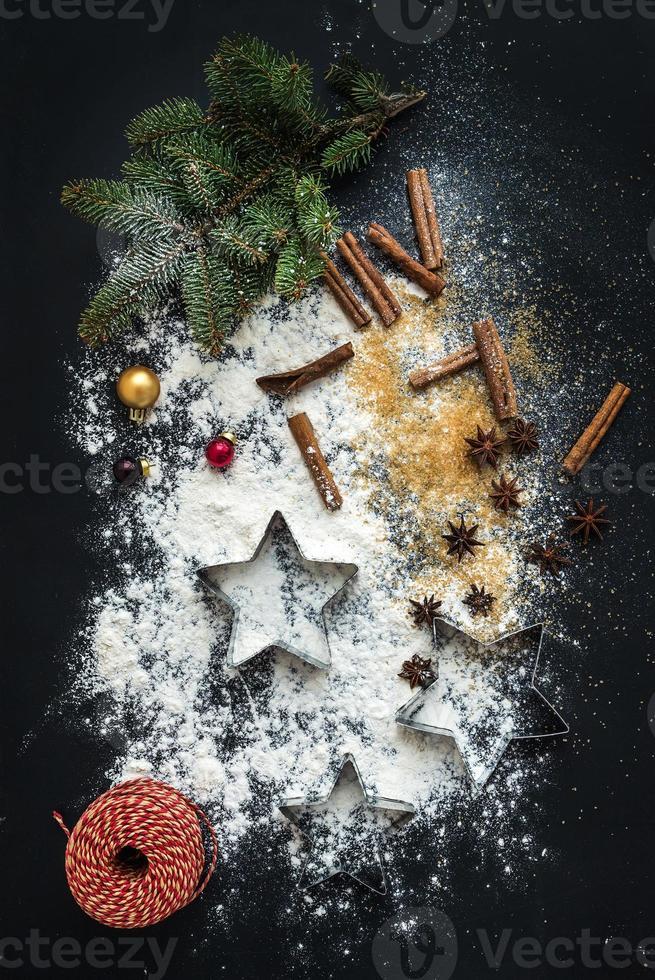 ingredientes para hornear para la preparación tradicional de galletas de jengibre de vacaciones de navidad, negro foto