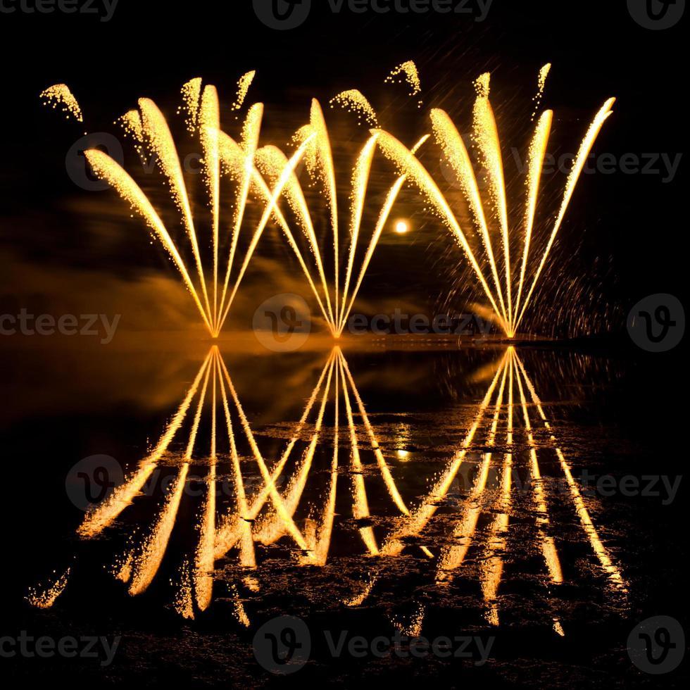 rayas de fuegos artificiales dorados foto