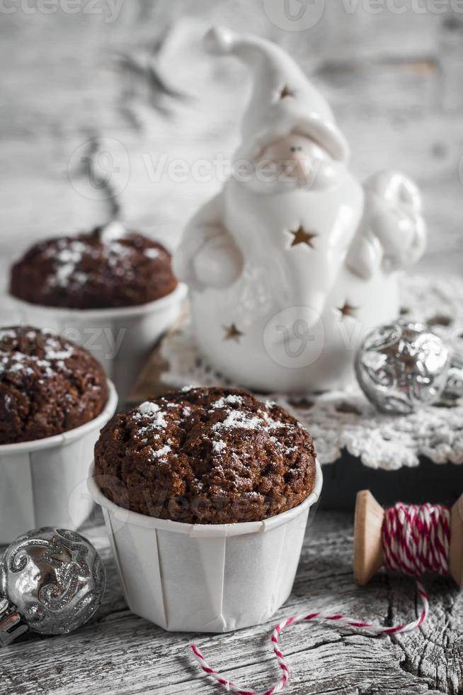 magdalenas de chocolate y cerámica santa claus, estilo vintage foto