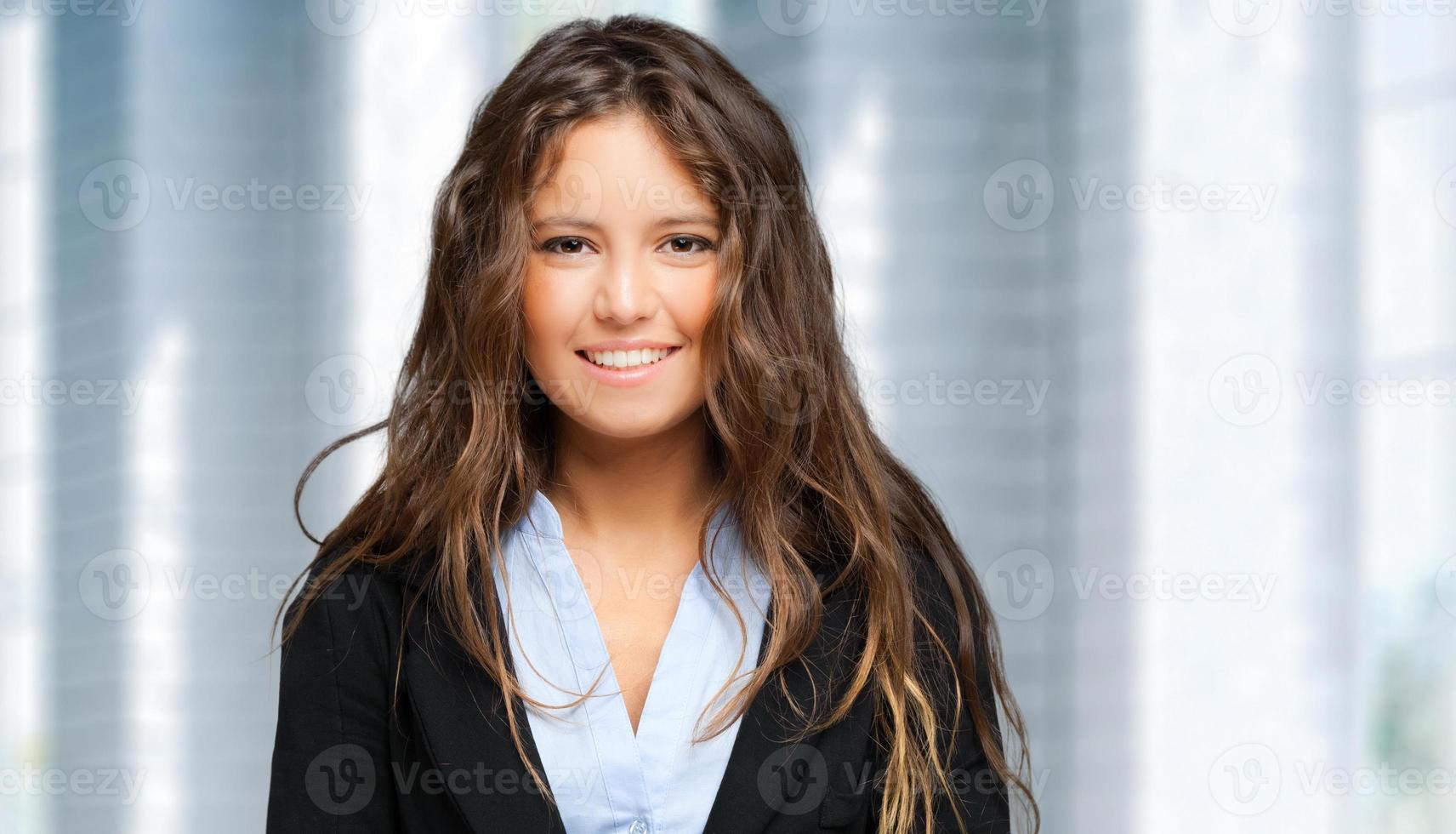 Empresaria sonriente en una oficina moderna foto