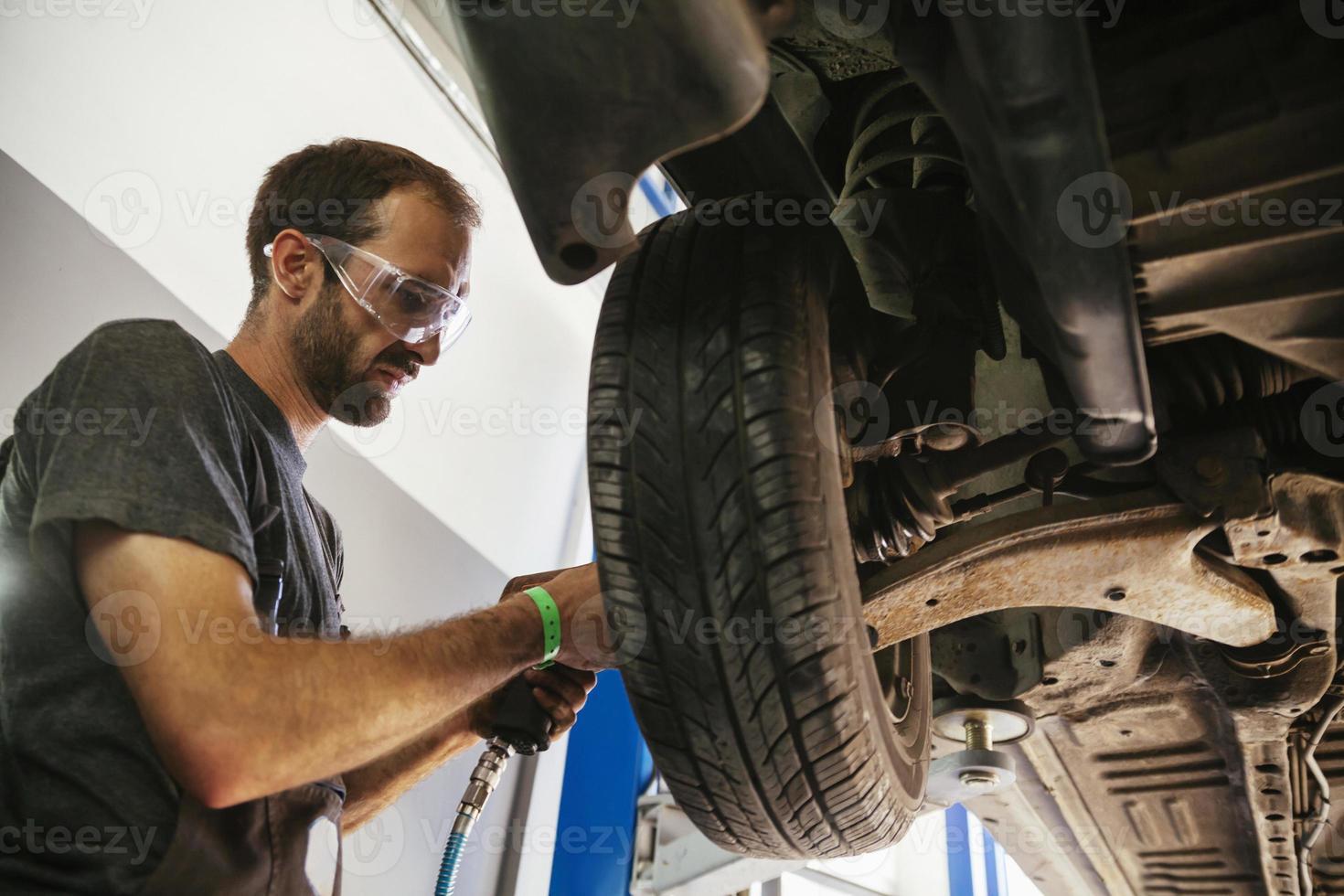 mecánico de automóviles en el trabajo foto