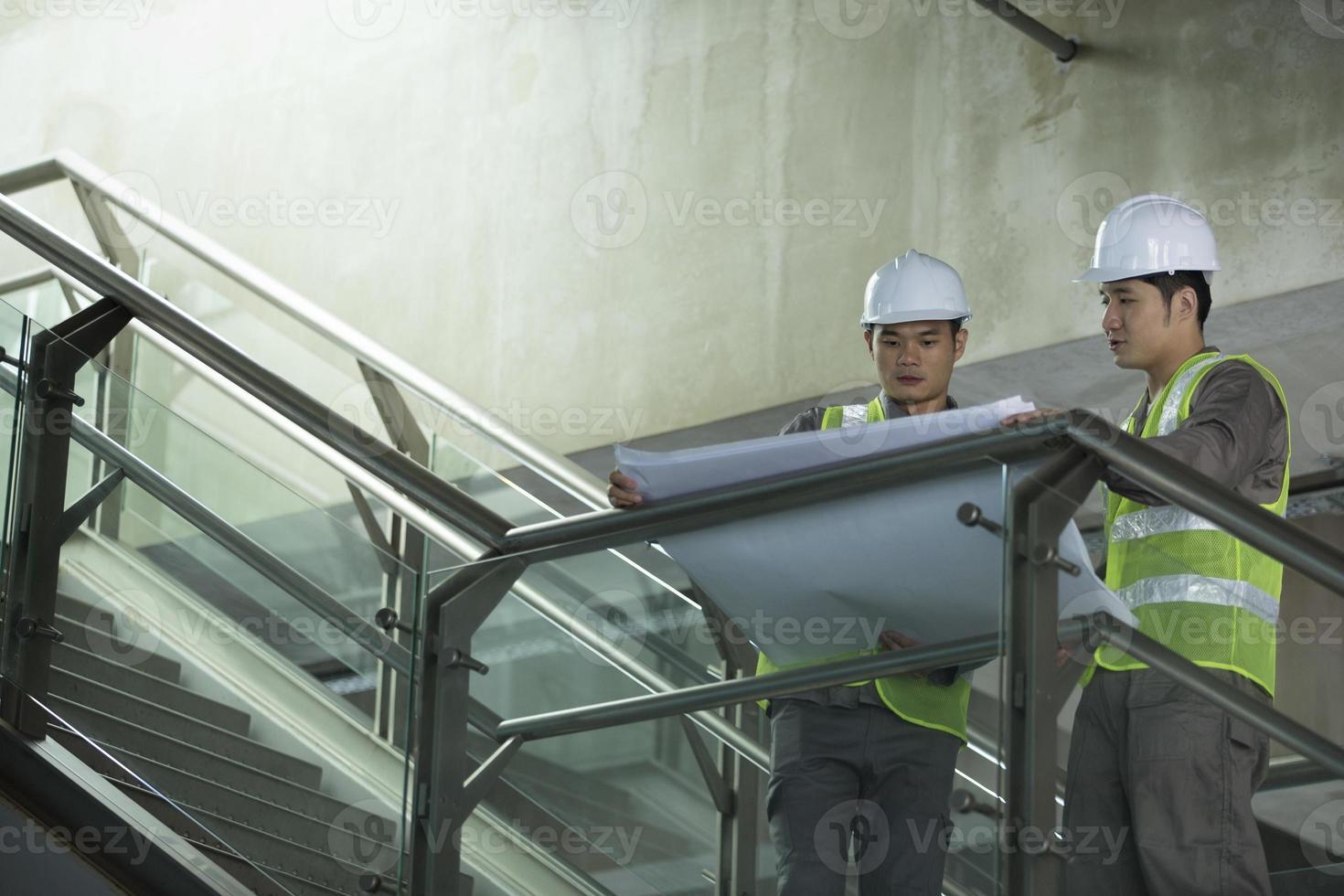 Dos ingenieros industriales asiáticos en el trabajo. foto