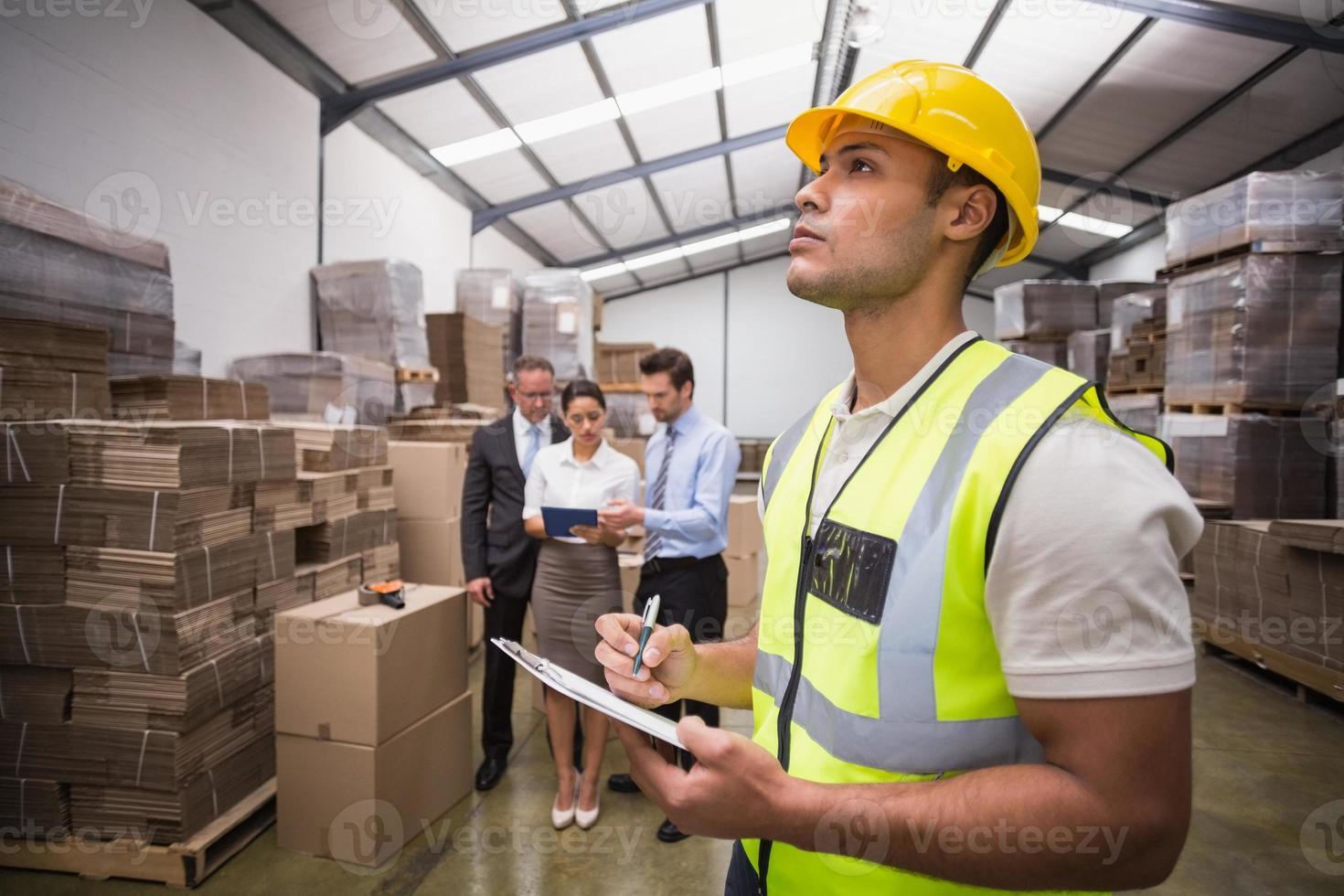 gerente de almacén revisando su inventario foto