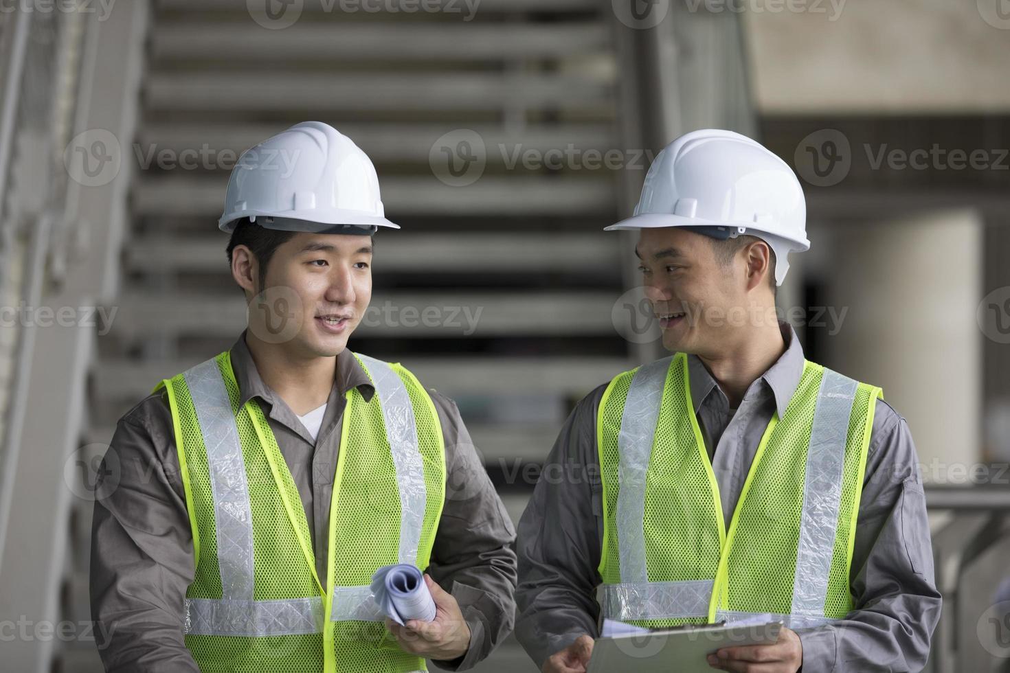 dos ingenieros industriales asiáticos en el trabajo foto