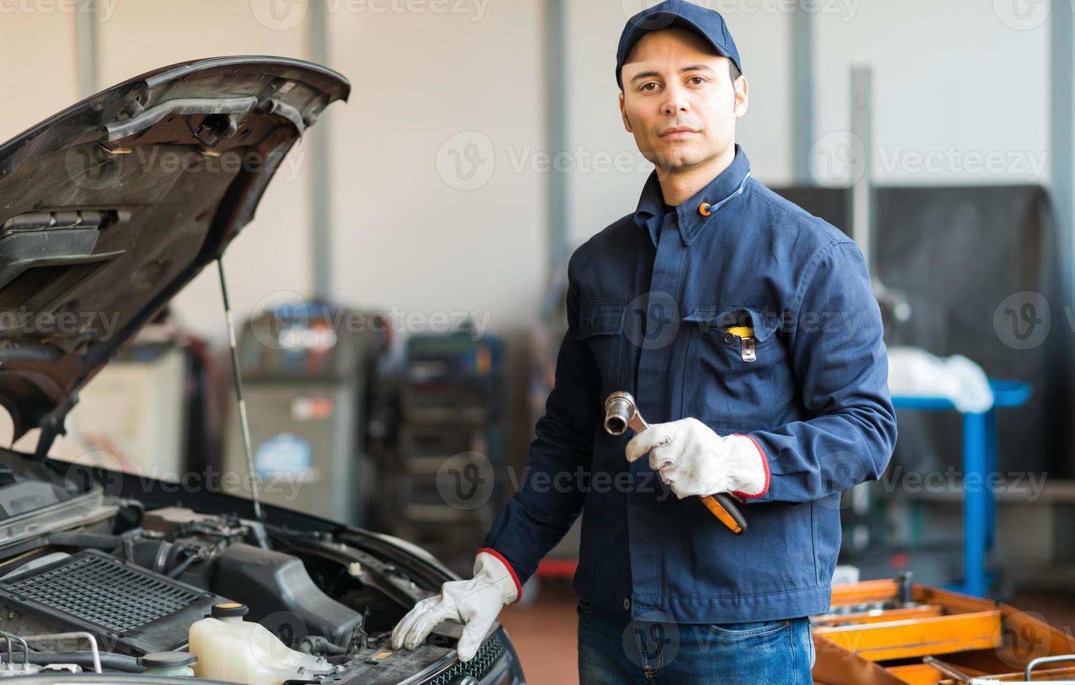 Retrato de un mecánico con una llave foto