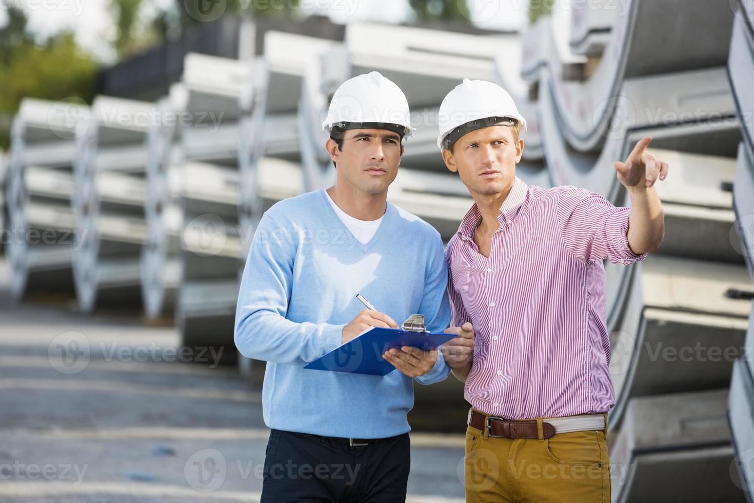 arquitectos inspeccionando stock en el sitio foto