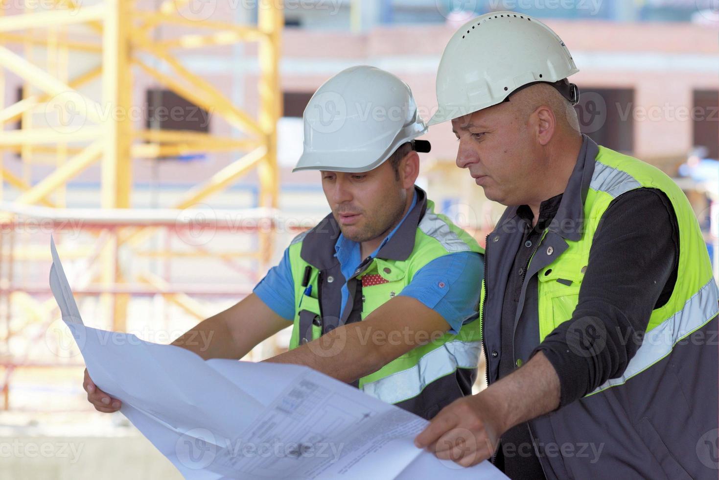 ingeniero civil y capataz senior en obra foto