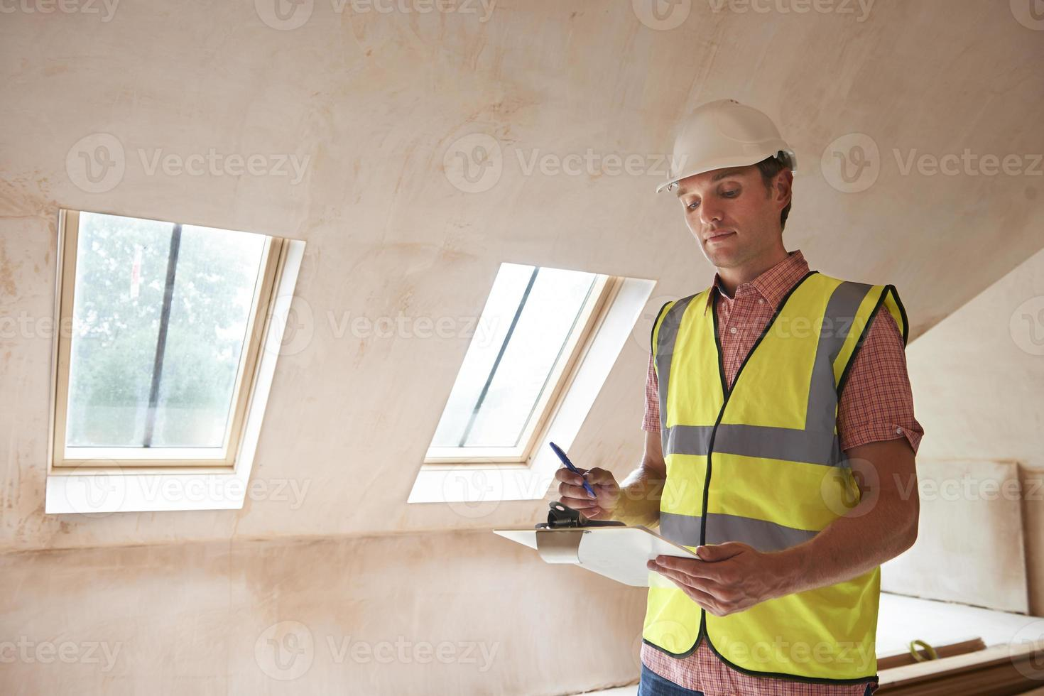 inspector de construcción mirando nueva propiedad foto