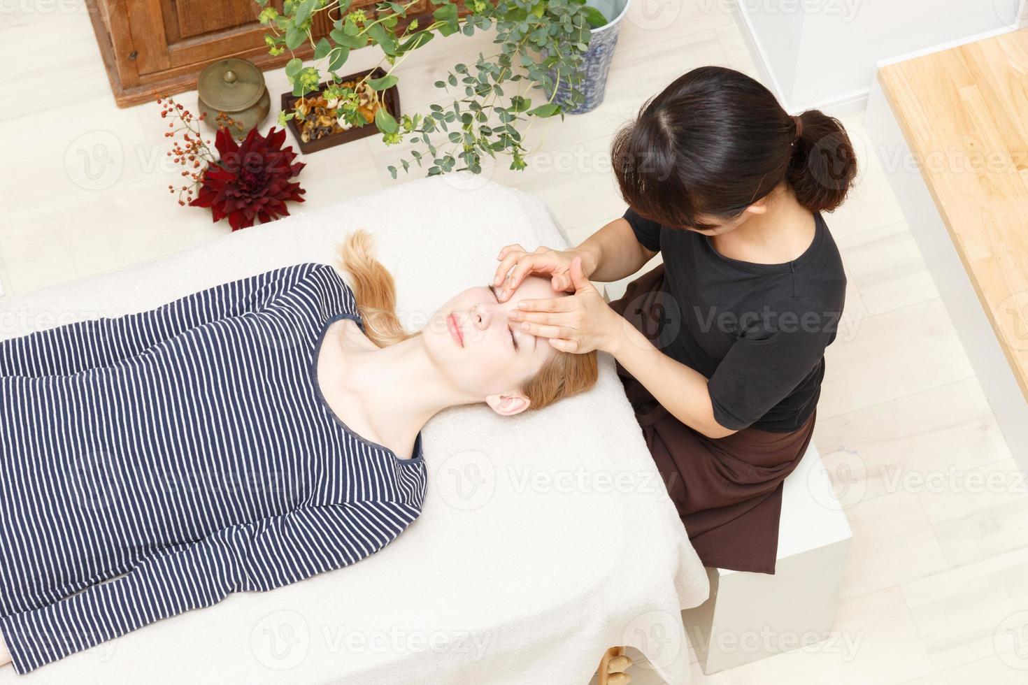 mujeres sometidas a un masaje foto