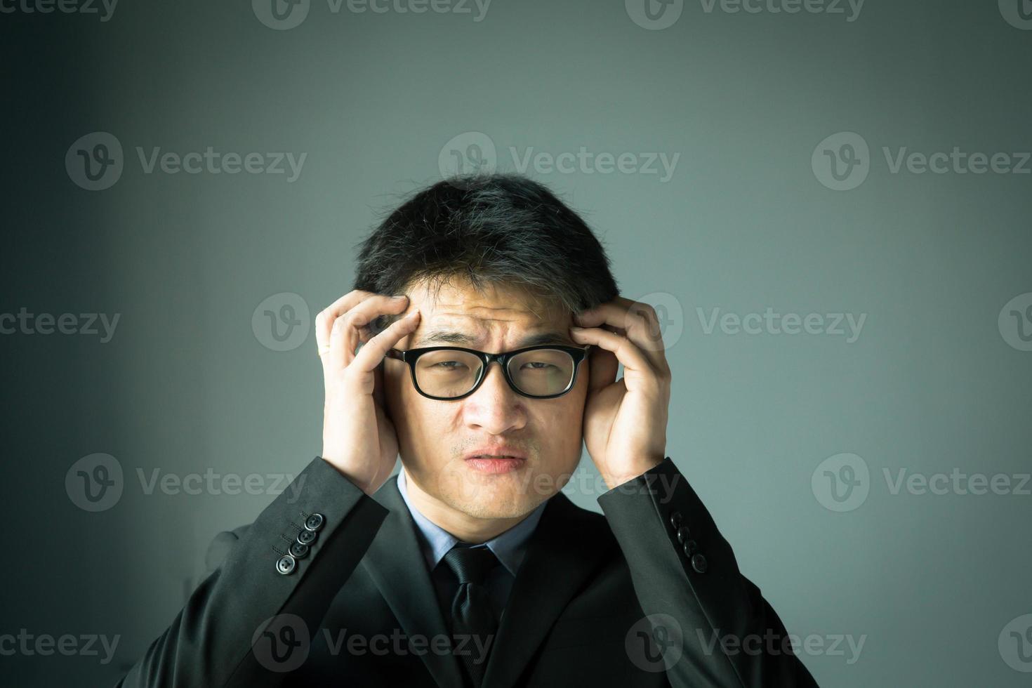 empresario con estrés y sosteniendo la cabeza foto