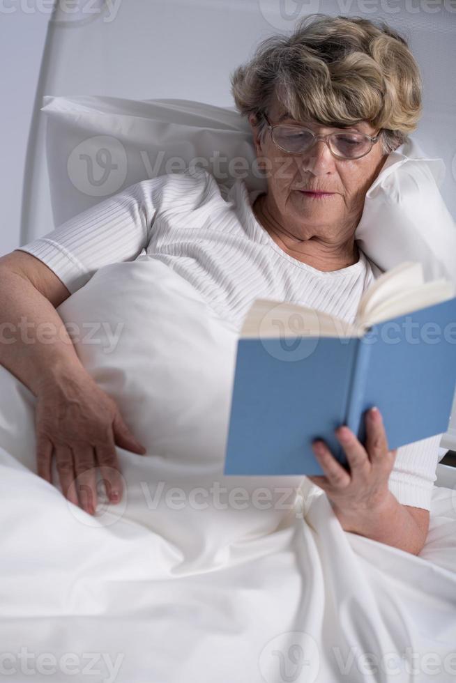 paciente de sala geriátrica foto