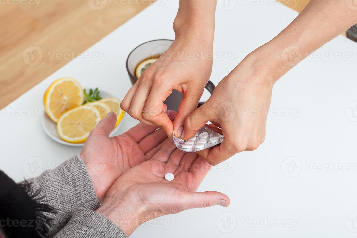 dar medicina a un paciente foto