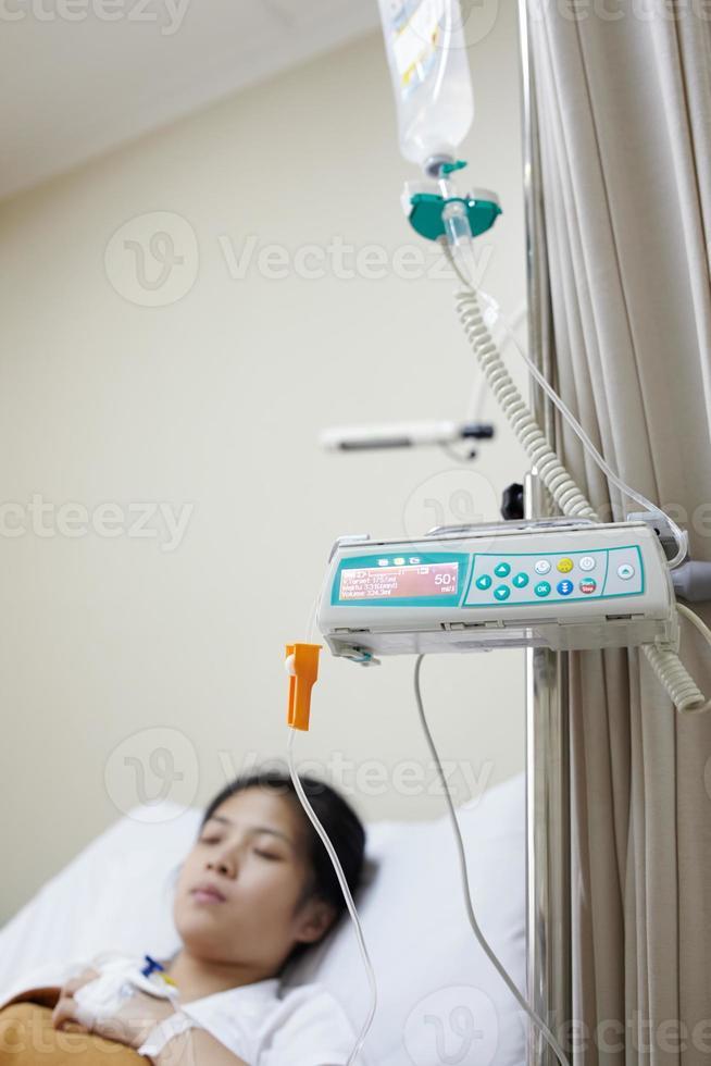 máquina de goteo paciente y iv foto