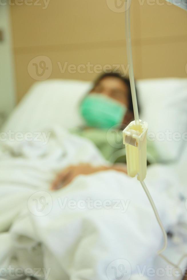 paciente del hospital con goteo - imagen de stock foto