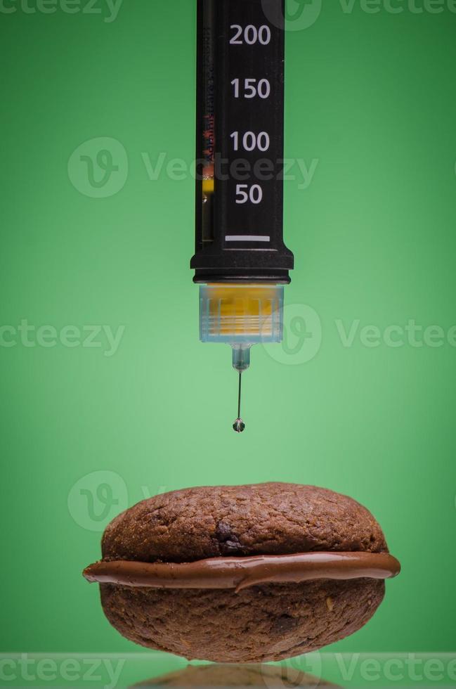 pluma de insulina y galleta foto