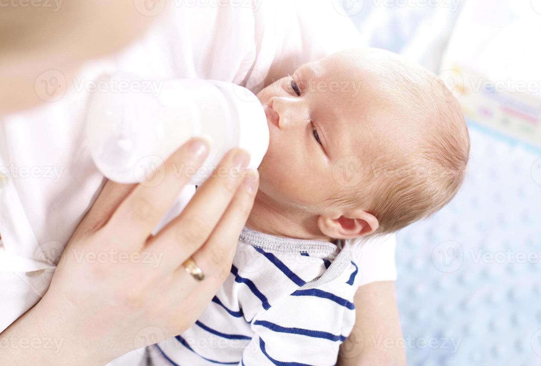 bebê alimentado com mamadeira foto