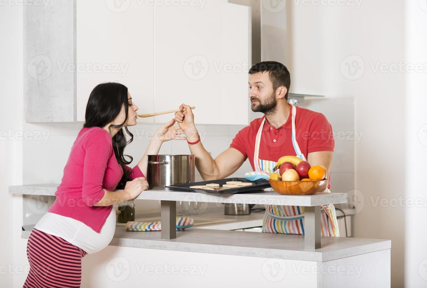 pareja embarazada foto