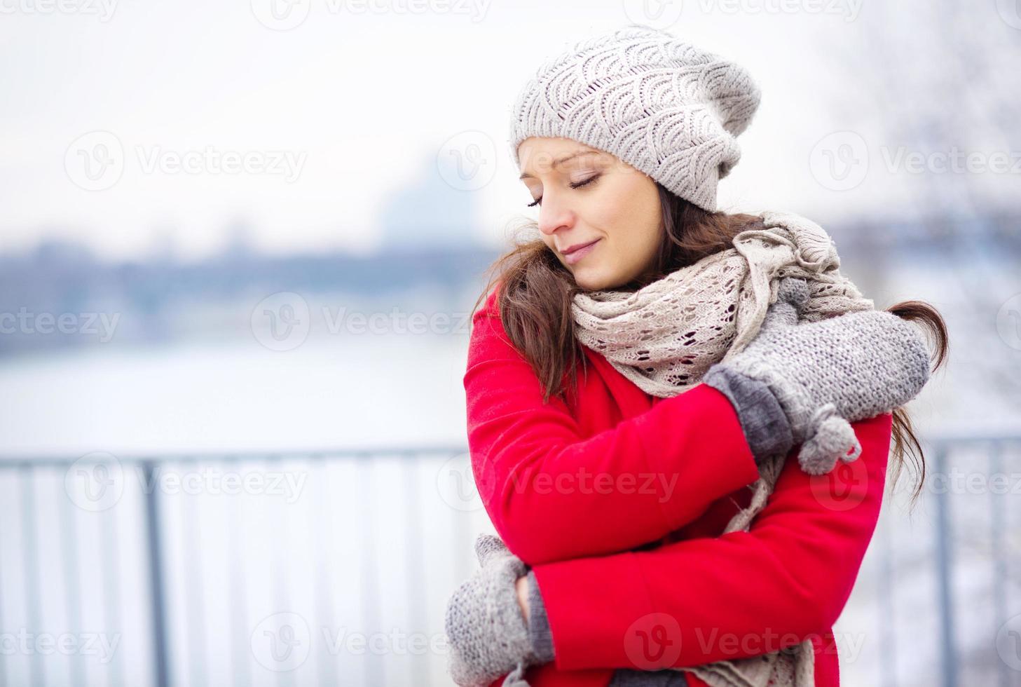 Retrato de invierno de hermosa mujer embarazada foto