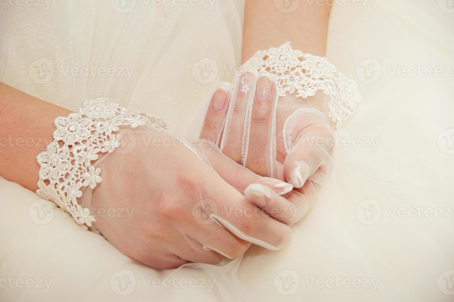guantes de boda en manos de la novia foto