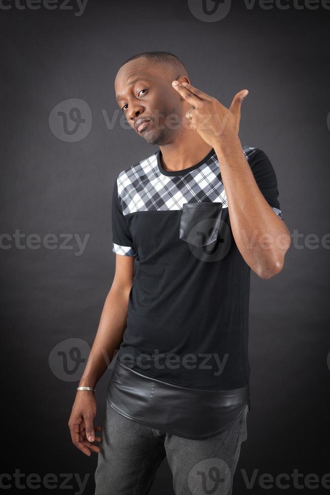 hombre guapo haciendo diferentes expresiones en diferentes conjuntos de ropa foto
