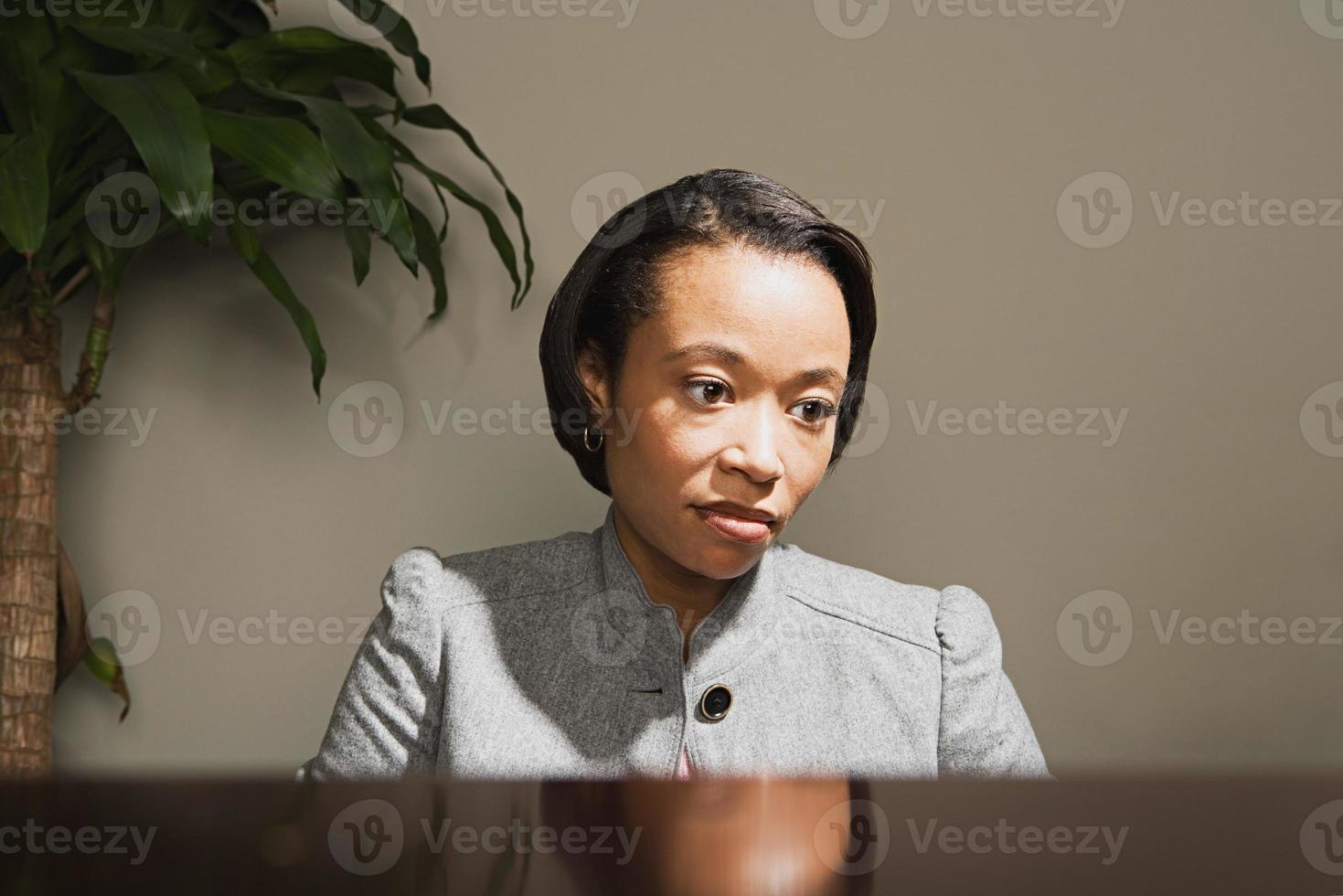 Geschäftsfrau, die besorgt aussieht foto