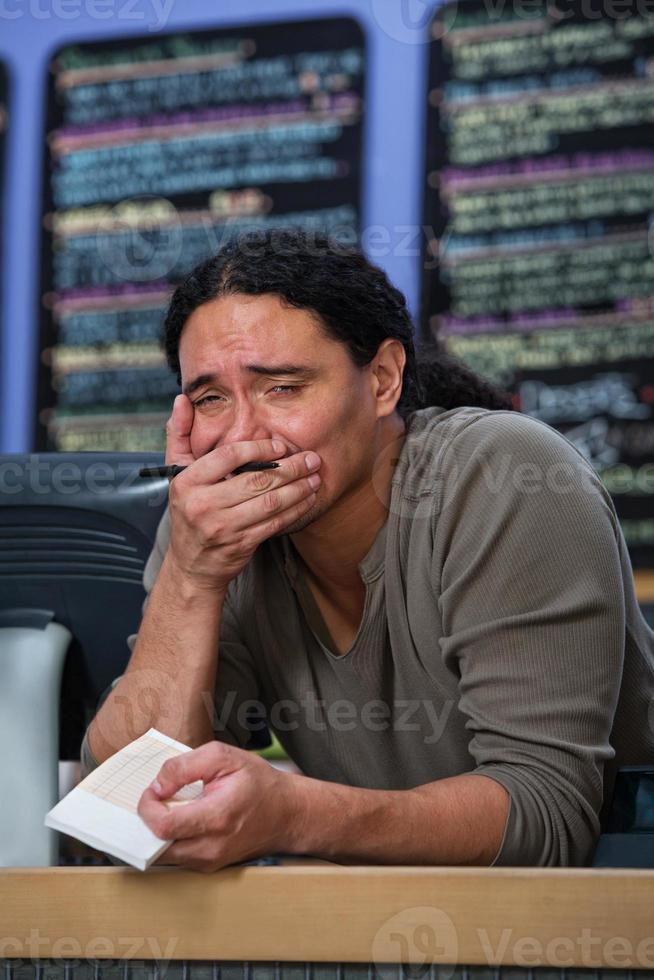 trabajador de restaurante abrumado foto