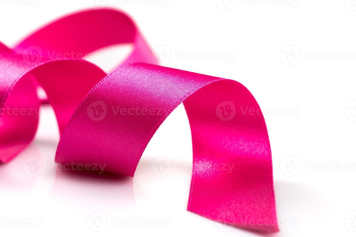 cinta rosada del cáncer de pecho aislada foto