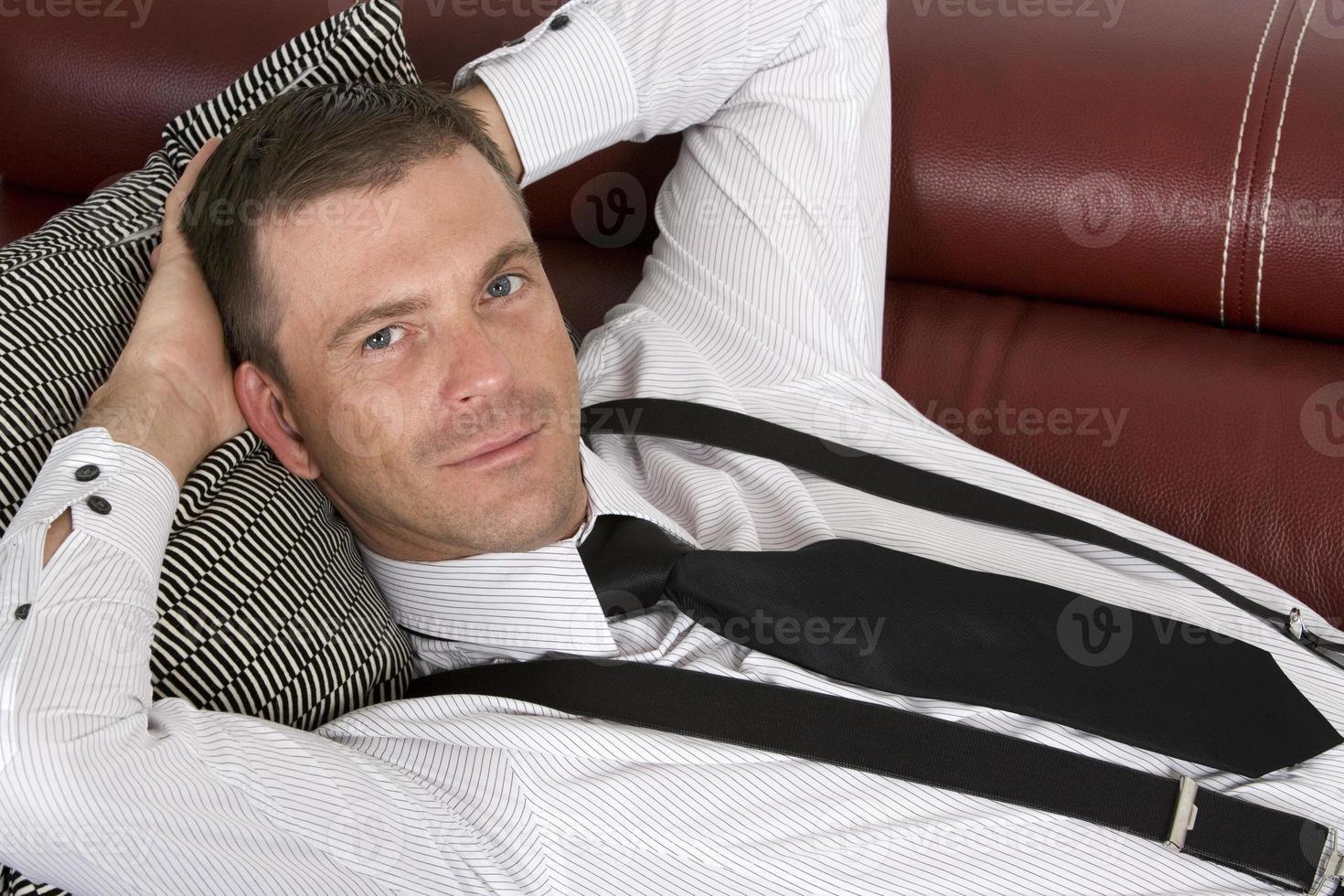 empresário deitado no sofá foto
