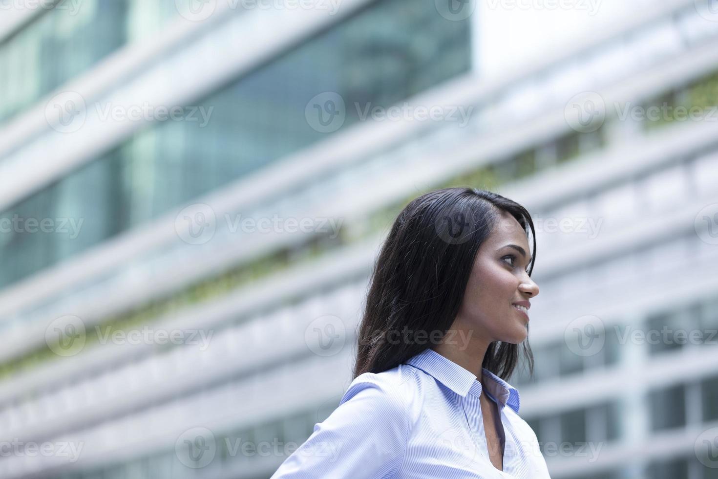Retrato de mujer de negocios indio fuera. foto