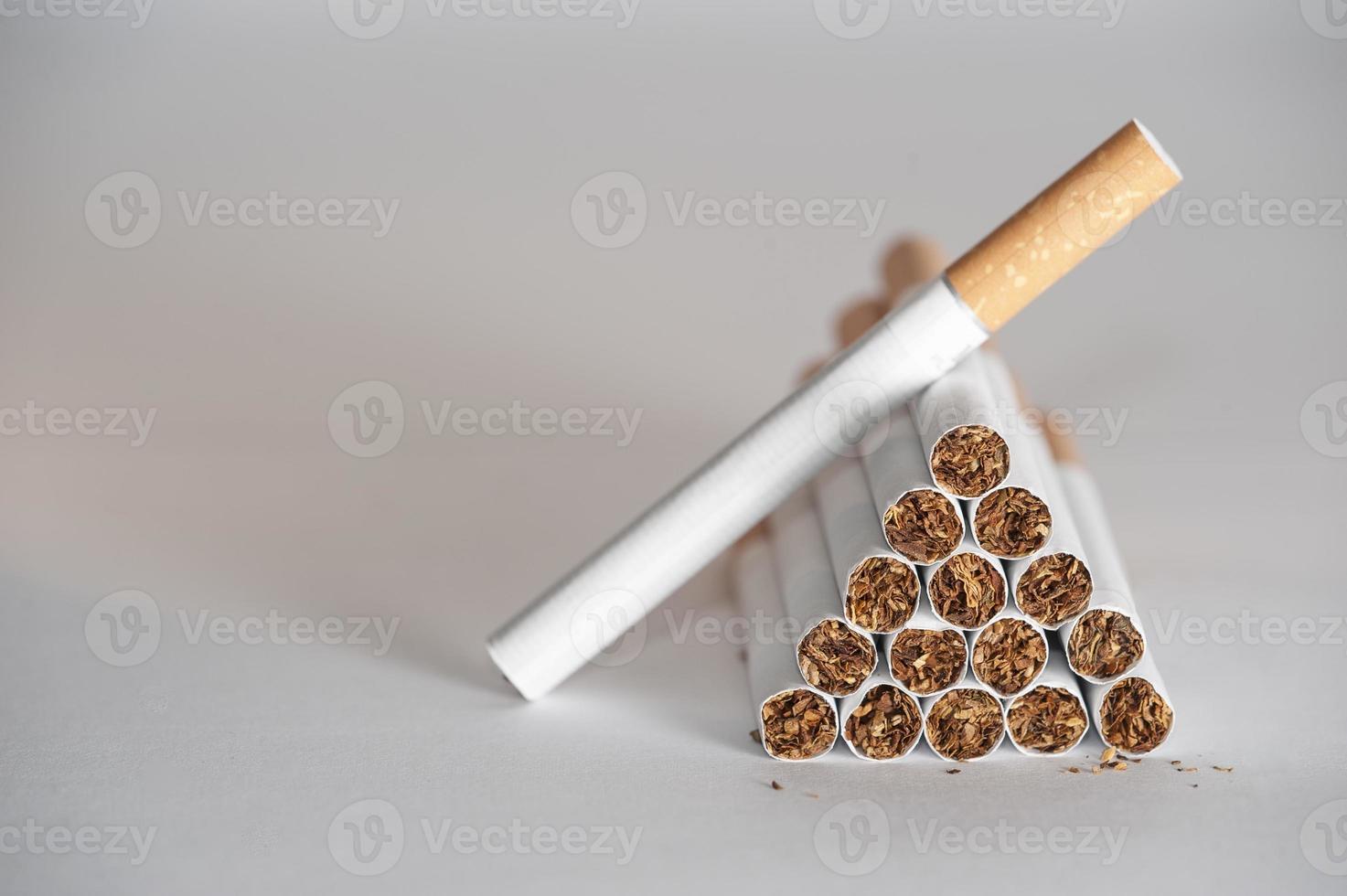 pirámide de cigarrillos foto