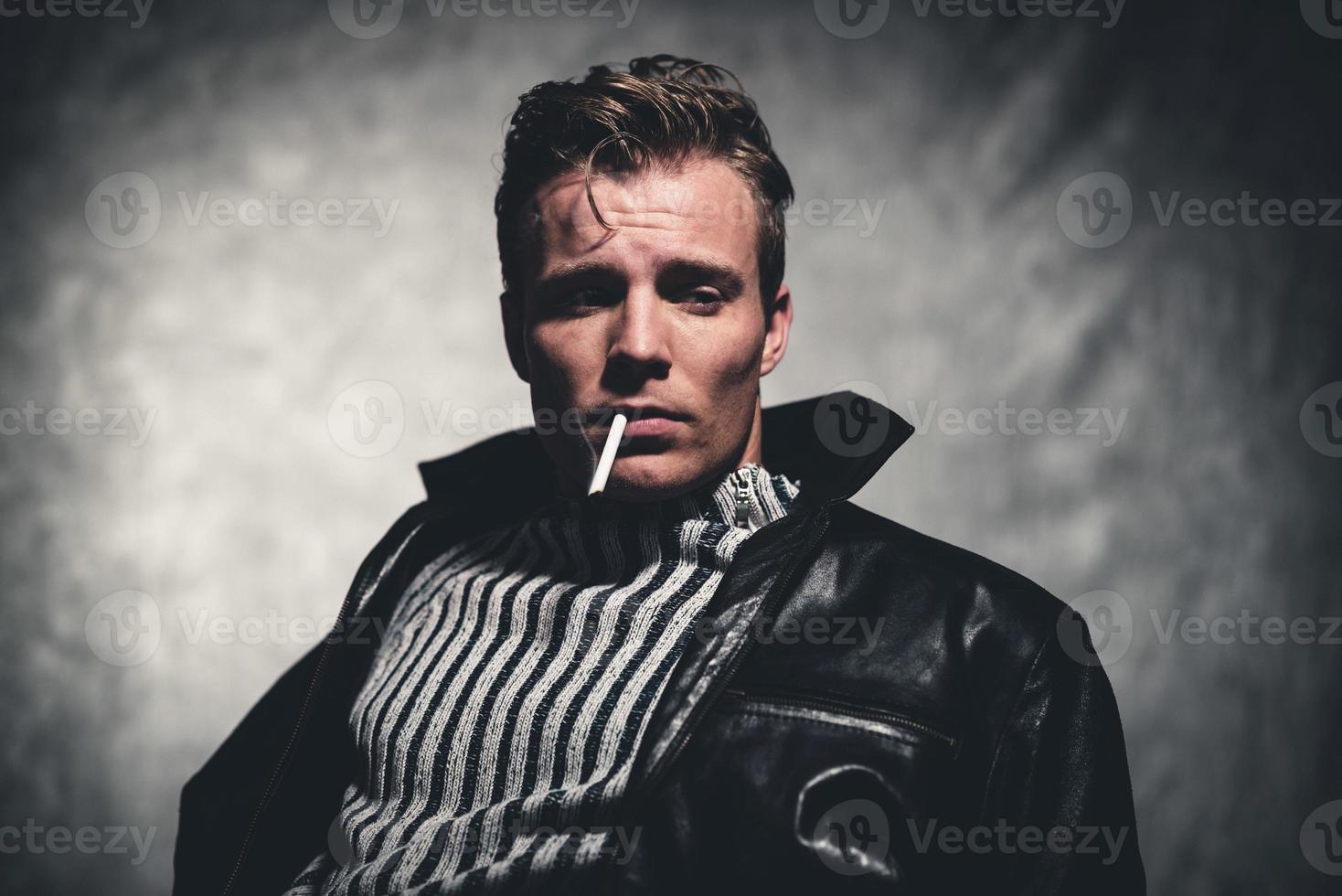 fumar cigarrillos retro años cincuenta guay rebelión moda hombre. foto
