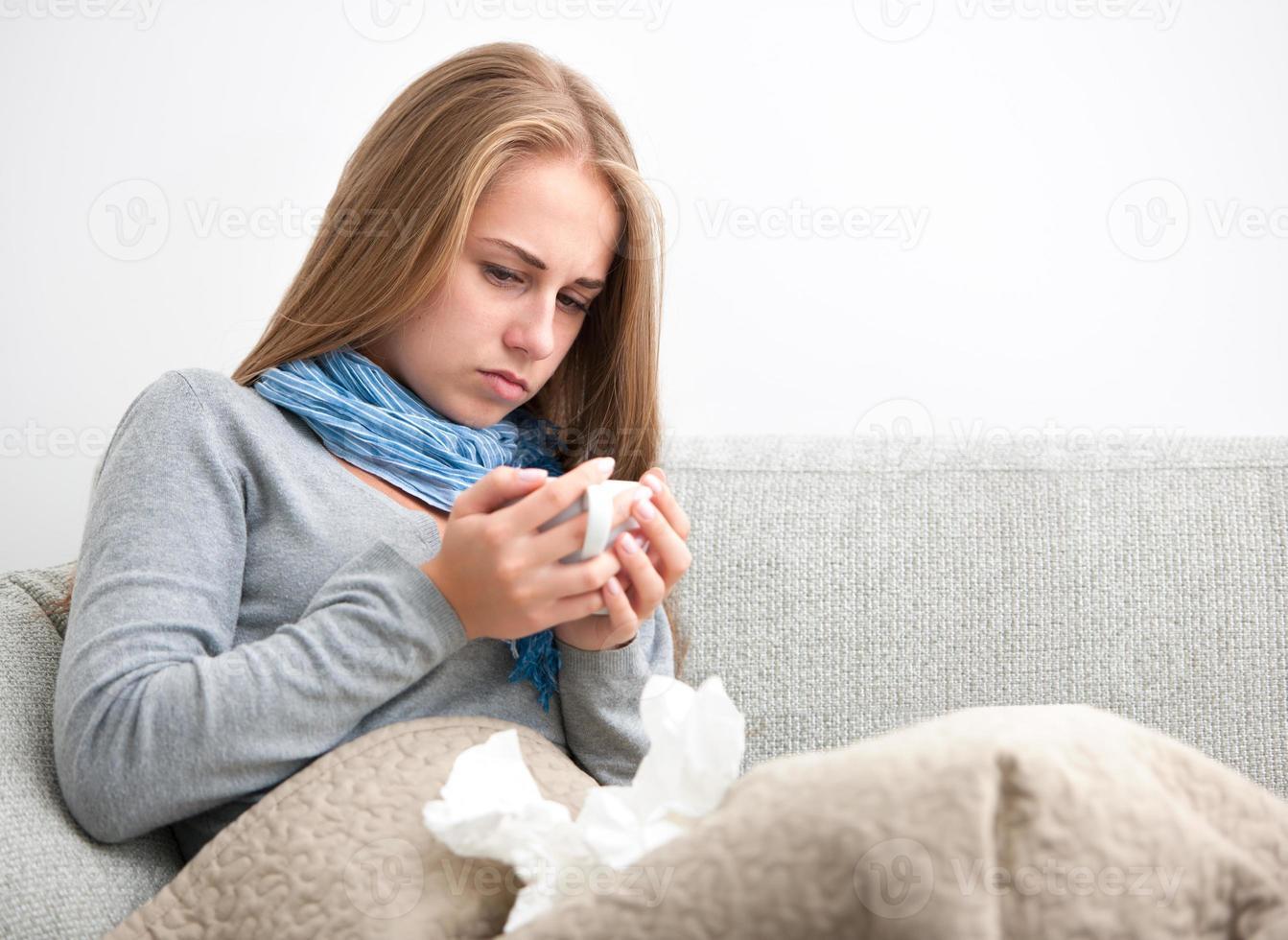 mujer joven que tiene un resfriado foto