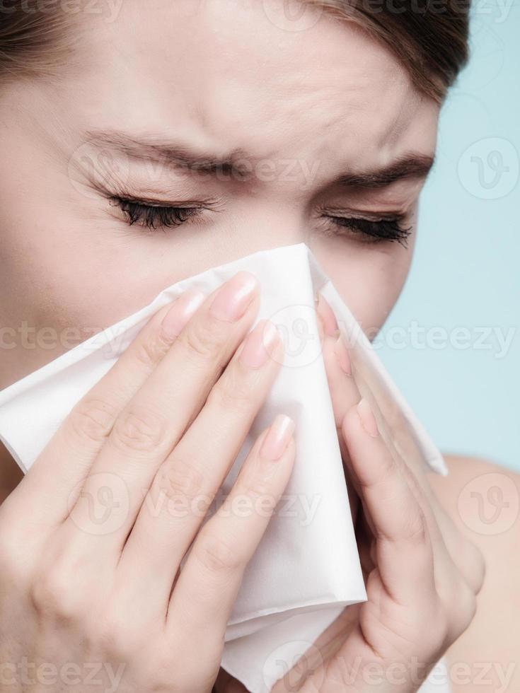 alergia a la gripe Niña enferma estornudando en el tejido. salud foto