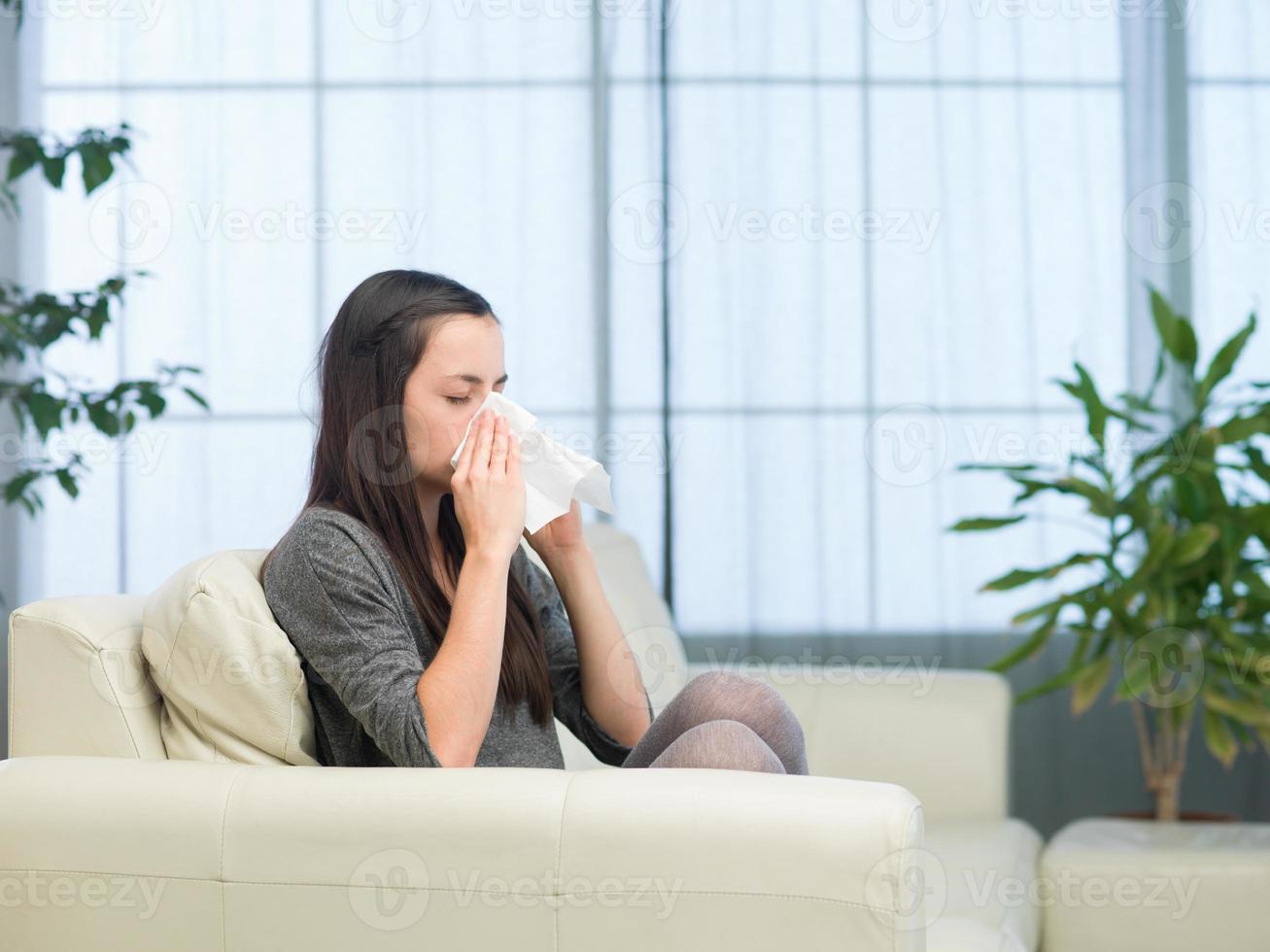 mujer con gripe foto