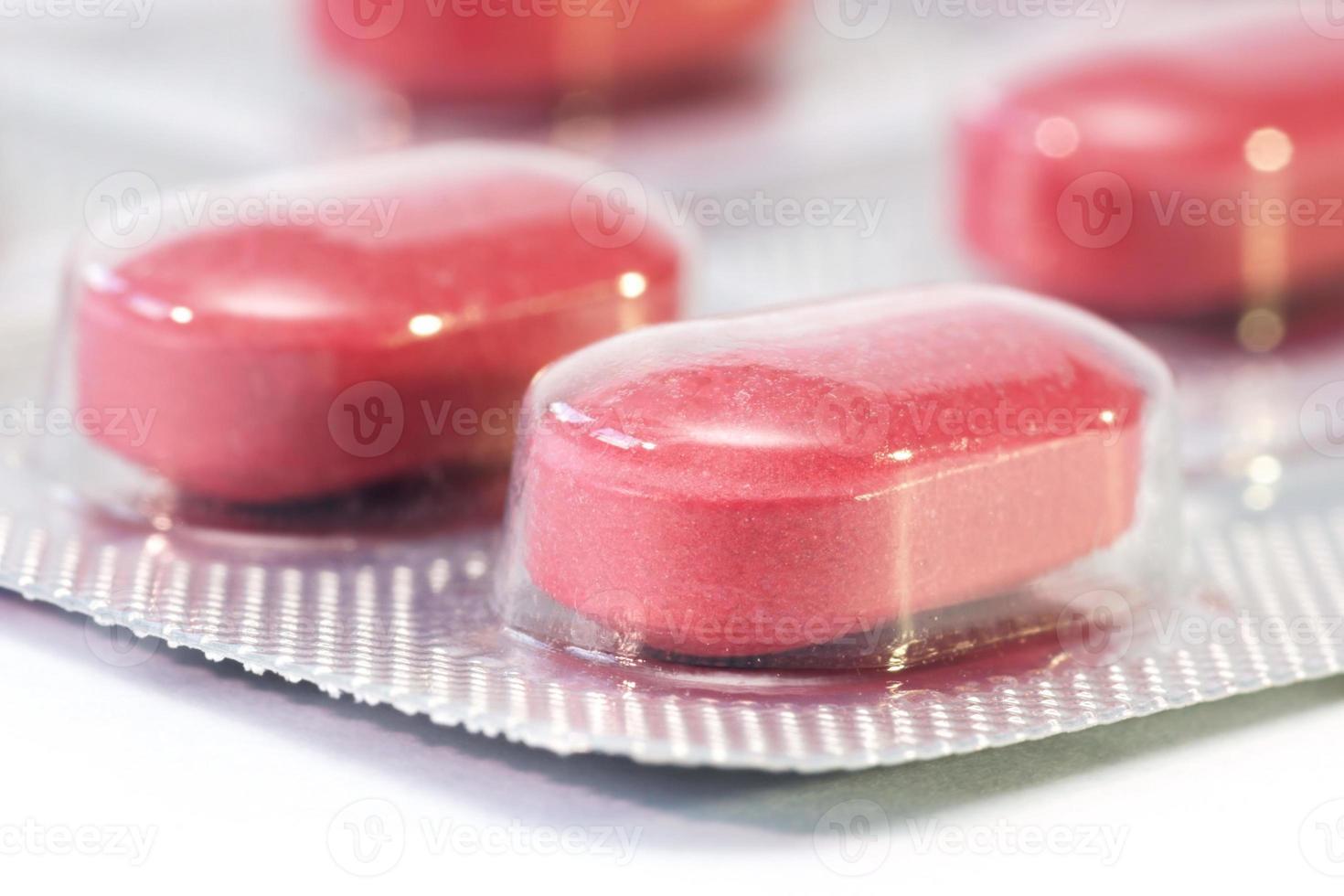 Píldoras, cápsulas sobre fondo blanco, farmacia, medicina foto