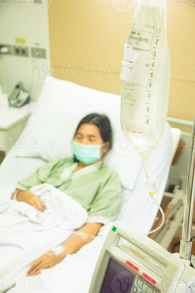 paciente hospitalizado con goteo foto