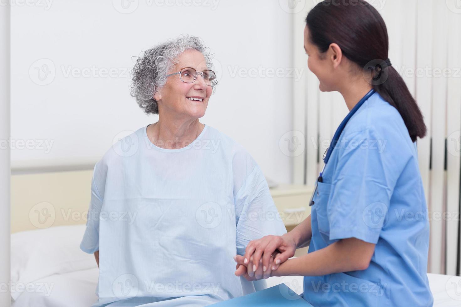 verpleegster die een patiënt troost foto