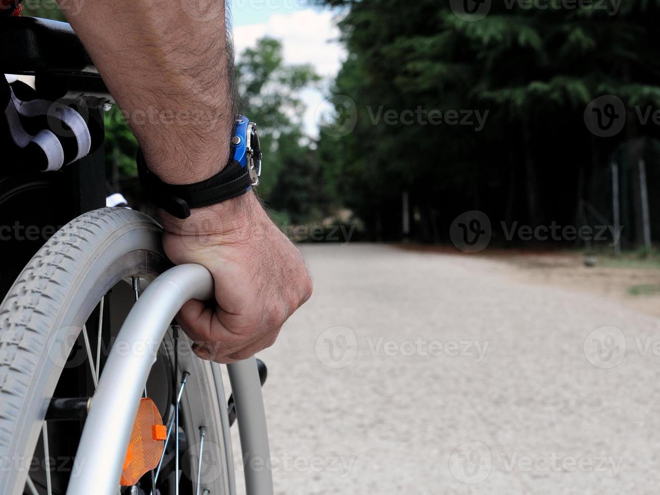hombre en silla de ruedas foto