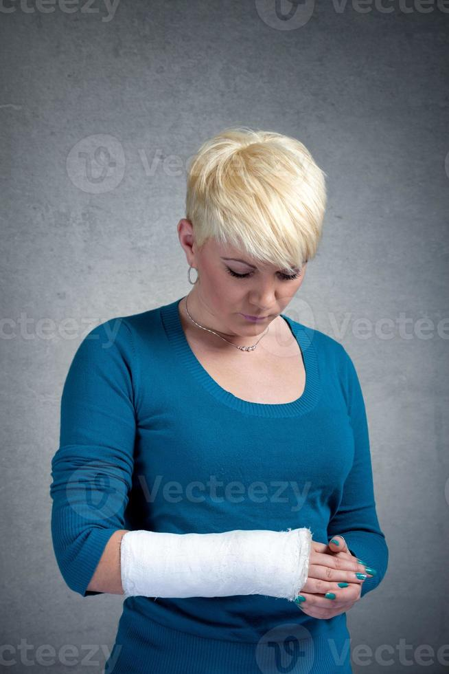mujer con brazo en yeso foto