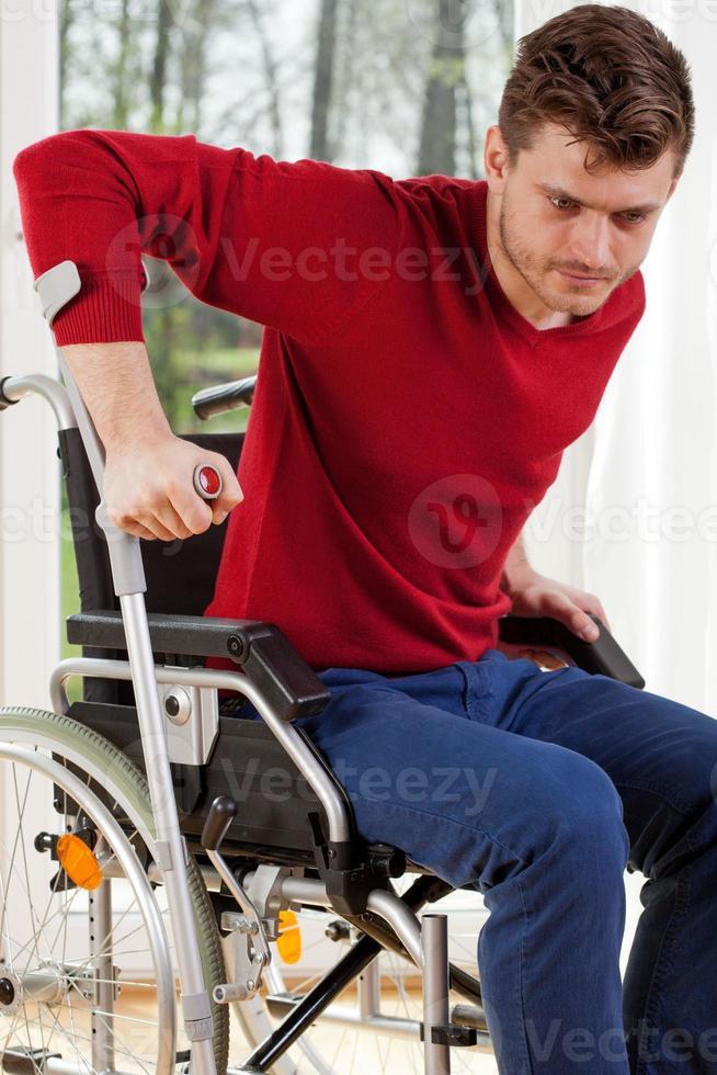 hombre discapacitado con muletas foto