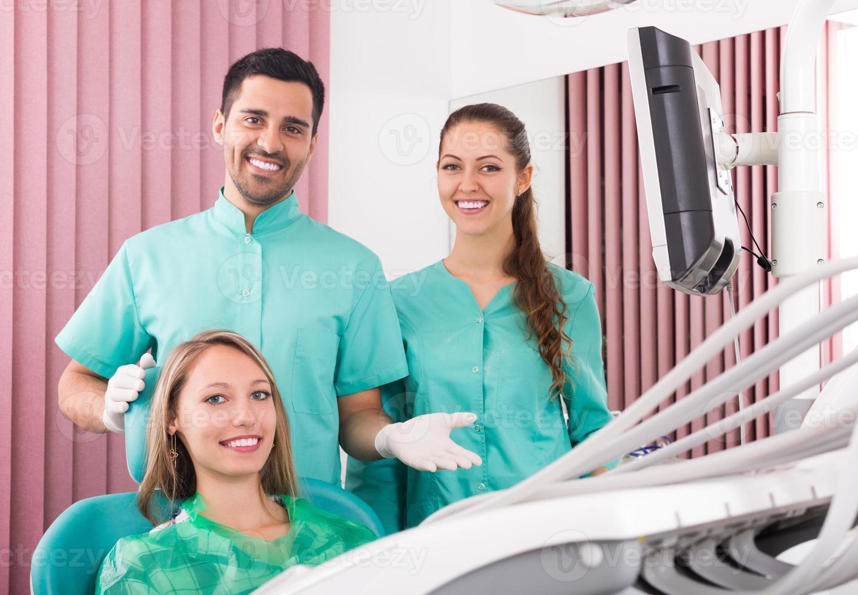 Retrato de dentista y paciente en clínica dental foto