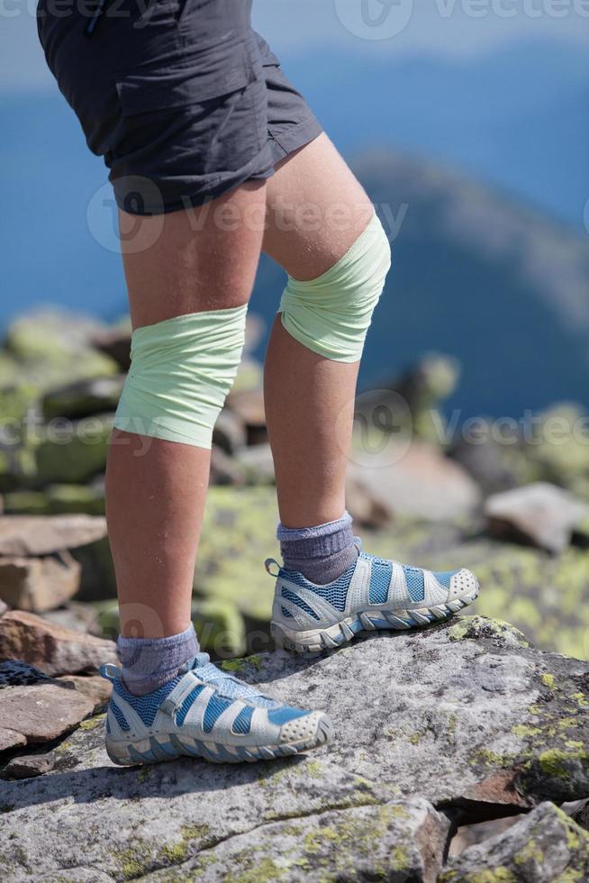 atleta mujer está saltando sobre piedras en las montañas foto